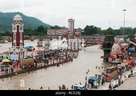 Hardiwar, Uttarakhand, Inde / 19 Août 2011: Les gens se baigner dans le fleuve sacré Ganga Banque D'Images