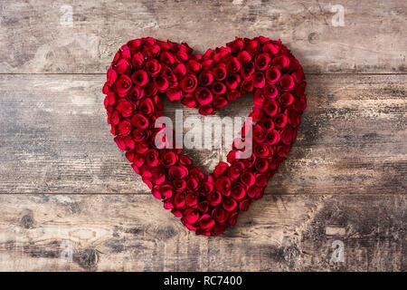 Coeur en roses rouges sur la table en bois pour la Saint-Valentin. Banque D'Images