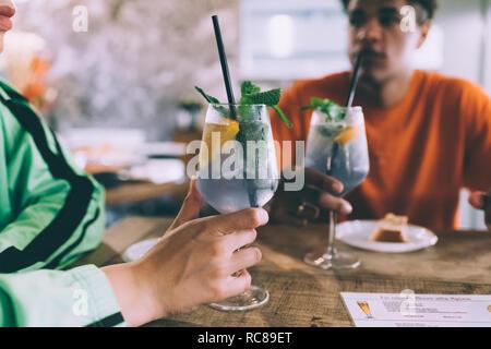 Frère et soeur ayant un verre au bar Banque D'Images