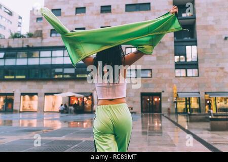 Bienvenue dans la pluie femme place de la ville, Milan, Italie