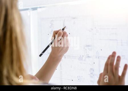 Collègues de discuter de projets sur le mur de verre