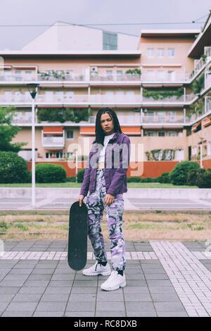 Femme avec skateboard, Milan, Italie