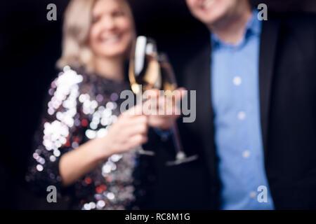 Image de l'heureux couple avec verres de champagne en studio Banque D'Images