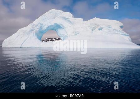 Arche naturelle taillée dans un iceberg, le son de l'Antarctique, Péninsule Antarctique, l'Antarctique Banque D'Images