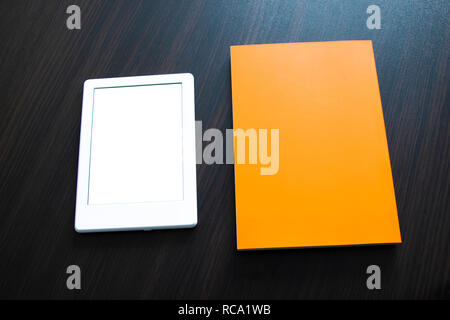 E-book et papier du livre sur la table. Concepts de l'auto-éducation.Vous pouvez ajouter votre propre texte ou image Banque D'Images