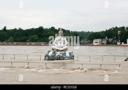 Rishikesh, Uttarakhand / Inde - le 18 août 2011: une statue de Dieu Shiva dans le milieu de la rivière Ganga débordant en raison de fortes pluies pendant Banque D'Images