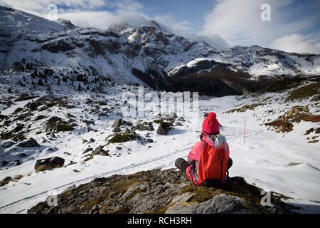 Petite fille assise dans la montagne, Pyrénées, Espagne.