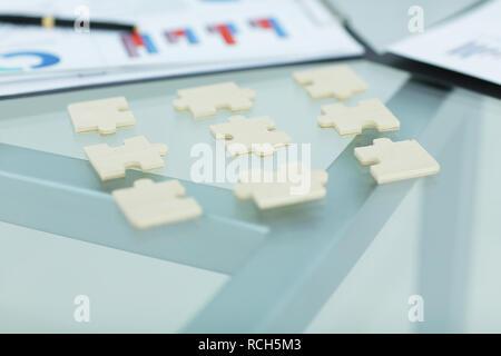 Libre.Les pièces du puzzle sur le bureau Banque D'Images