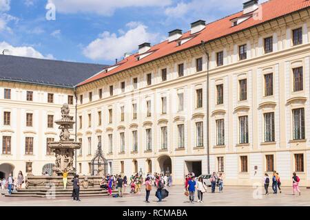 Cour du château de Prague Deuxième cour du château de Prague avec Kohl's fountain Prague République tchèque l'Europe de l'UE Banque D'Images