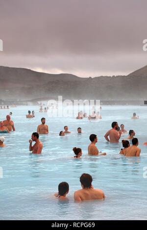 Les gens se baigner dans le spa géothermal Blue Lagoon, Grindavik, Islande