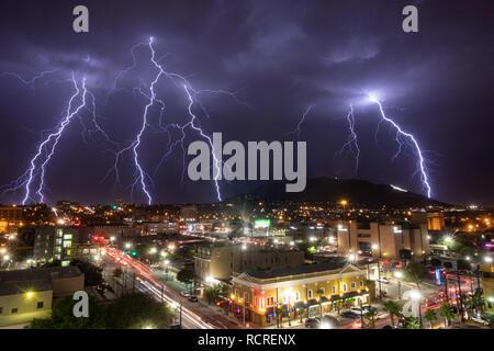 Plusieurs Éclairs entourent les monts Franklin comme vu du centre-ville d'El Paso, au Texas, dans la nuit, avec l'étoile sur la montagne visible. Banque D'Images