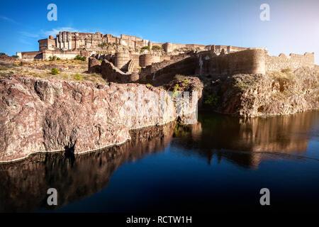 Mehrangarh fort sur la colline près de l'étang au ciel bleu à Jodhpur, Rajasthan, India