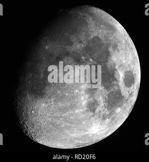 Close up de Lune dans sa phase gibbeuse, dont les cratères, prises par de grands télescope, encadrée en noir arrière-plan. Banque D'Images