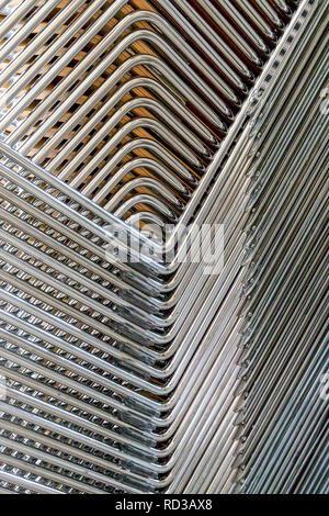 Image abstraite de l'jambes métalliques de chaises empilées Banque D'Images