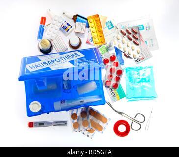 Accueil armoire à médicaments avec une sélection de médicaments et pansements Banque D'Images