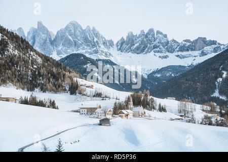 Classic vue panoramique de pics de montagne Dolomites célèbre avec le village historique de Val di Funes sur un Scenic jour en hiver, le Tyrol du Sud, Italie Banque D'Images