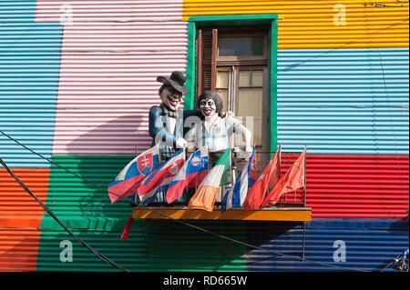 Deux statues sur un balcon, El Caminito street, quartier La Boca, Buenos Aires, Argentine, Amérique du Sud Banque D'Images