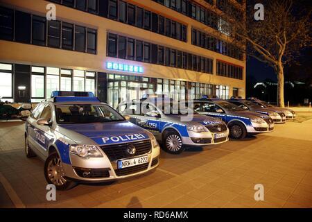 Des voitures de patrouille garé en face d'une station de police moderne, Gelsenkirchen, Rhénanie du Nord-Westphalie Banque D'Images