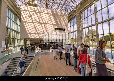 L'entrée de verre le Musée de l'Orangerie , une galerie d'Art situé dans l'angle ouest du jardin des Tuileries, Paris Banque D'Images