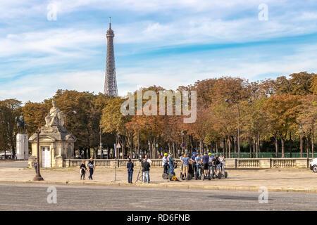 Un groupe d'équitation Segway un reste sur la Place de la concorde avec la Tour Eiffel au loin ,Paris ,France