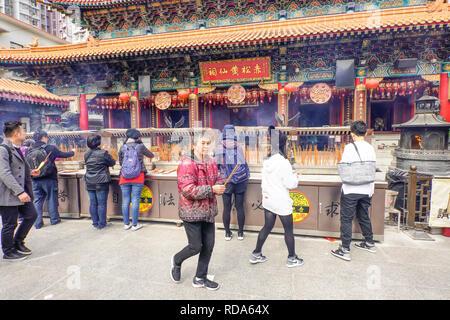L'autel principal. La Sik Sik Yuen Wong Tai Sin Temple Hong Kong. Le culte de la lumière des fidèles sur l'autel des bâtons avant de faire un vœu. Banque D'Images
