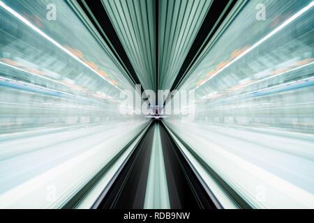 Flou de mouvement du train se déplaçant à l'intérieur de tunnel avec la lumière du jour à Tokyo, Japon. Banque D'Images