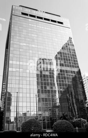 Miami, USA - 30 octobre 2015: la construction de gratte-ciel avec façade en verre sur ciel bleu. Architecture et design. Propriété commerciale ou l'immobilier. Succès et à l'avenir concept. Banque D'Images