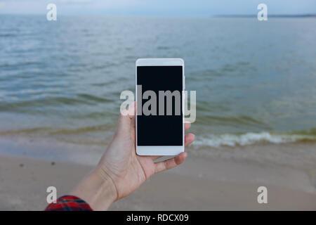 Femmes avec smart phone pour prendre des photos de la mer Copy space Banque D'Images