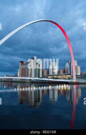 Gateshead Millennium Bridge avec le Centre Baltique