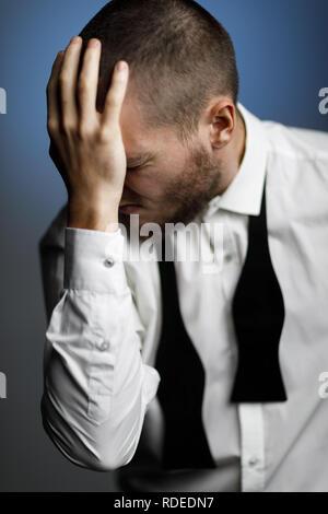 Jeune homme barbu dans une chemise blanche et chapeau Banque D'Images