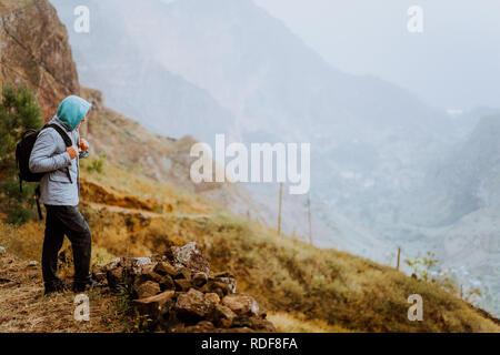 Male hiker à bas pour Xo-Xo Valley. Santo Antao, l'île du Cap Vert. Voyageur en montagne falaise randonnées profitez du paysage. Style de voyage d'aventure en plein air vacances active concept Banque D'Images