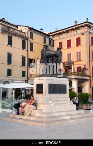 Un mémorial de guerre par Angelo Zanelli sur la Piazza della Vittoria, Salo, Lac de Garde, Lombardie, Italie
