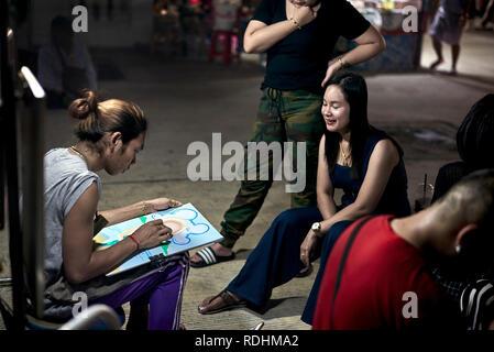 Portrait d'artiste de rue. Portrait comique d'une jeune femme. Thaïlande S. E. Asie Banque D'Images