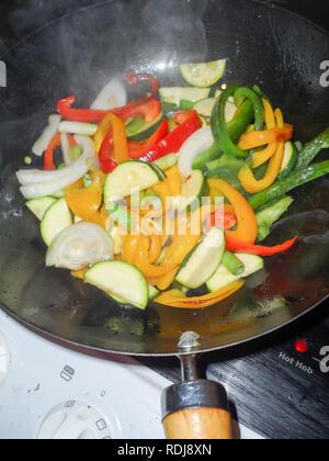 Mélange de légumes sautés, étant dans un wok comme ingrédients dans des plats sautés chinois. Banque D'Images