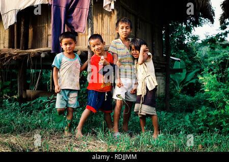 Luang Namta / Laos - 06 juil 2011: Enfants attendant à l'extérieur de leur maison de style cabane en bambou