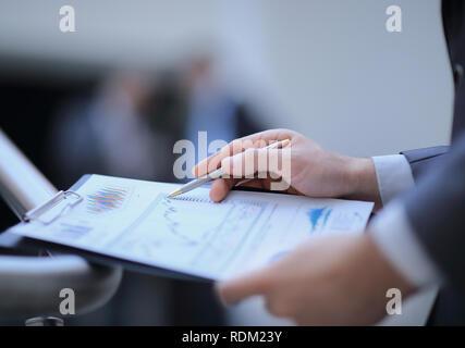 Close up. businessman checking rapport financier dans son bureau Banque D'Images