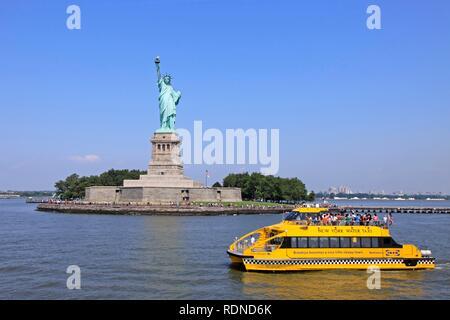Traversée bateau-taxi en face de la Statue de la liberté, New York, USA, Amérique du Nord Banque D'Images