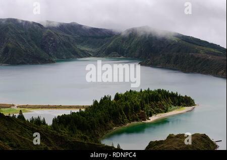 Le lac du cratère Lagoa do Fogo, vue depuis le Miradouro da Barrosa sur l'île de Sao Miguel, Açores, Portugal Banque D'Images