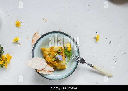 Omelette Espagnole tortilla sur fond blanc, copyspace. Vue d'en haut Banque D'Images