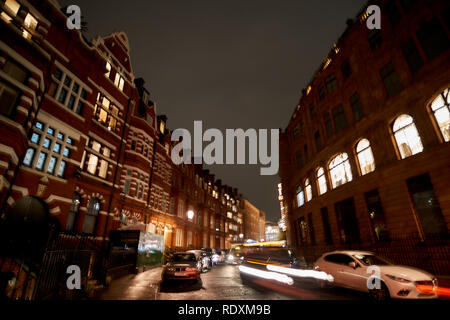 Le trafic de nuit et paysage de rue dans un jour de pluie en Royaume-Uni près de Harrods à Londres, nuit scène urbaine Banque D'Images