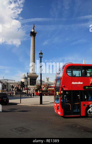 L'avant d'un bus à impériale rouge à Trafalgar Square à Londres, Royaume-Uni