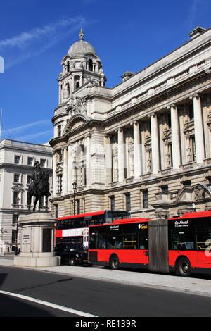 Statue équestre de Prince George, le duc de Cambridge, un taxi londonien noir et rouge un double-decker bus en face de l'ancien bâtiment