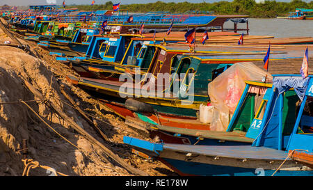 Les pêcheurs du lac Tonle Sap au Cambodge et bateaux Banque D'Images