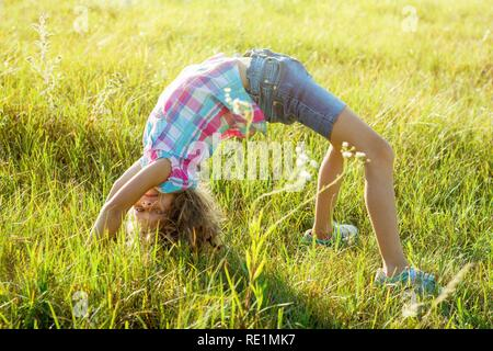 Jeune enfant heureux de faire un parc d'été de l'ATR Banque D'Images