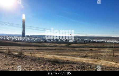 Un écran rétro-éclairé tôt le matin voir l'avenir d'une centrale électrique solaire dans le Negev en Israël Banque D'Images