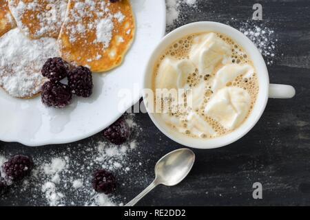 Délicieux avec des crêpes américaines les mûres, le sucre en poudre, du café avec de la guimauve. Vue d'en haut Banque D'Images