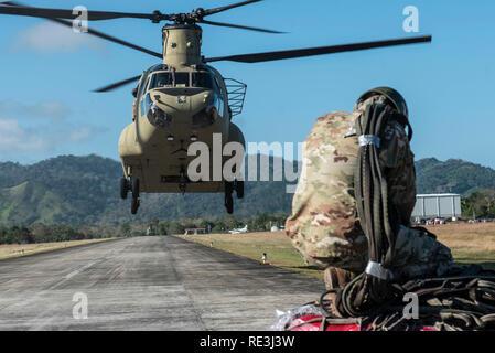 Le 1er bataillon du 228e Régiment d'aviation, a participé à l'opération de levage de Darien, 11 janvier 2019 dans la République du Panama. Au cours de l'opération, les équipes de CH-47 Chinook sling chargé de matériaux de construction de la province où ils seront utilisés pour construire un avant-poste où le Service national des frontières peut combattre la traite avant d'atteindre l'autoroute panaméricaine. (U.S. Photo de l'Armée de l'air par la Haute Airman Destinee Sweeney) Banque D'Images