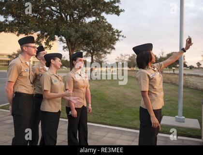 (COLLEGE Station, Texas) 2016 Des marins de l'année pour le porte-avions USS George H. W. Bush (CVN 77) prendre une photo ensemble au cours d'une visite de la Texas A&M University à College Station, Texas. La visite fait partie d'un voyage de deux jours à New York où l'homonyme de marins s'est engagé avec la communauté locale à l'importance de la Marine.
