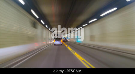Transports résumé feux du véhicule voyageant à travers le tunnel sombre Banque D'Images
