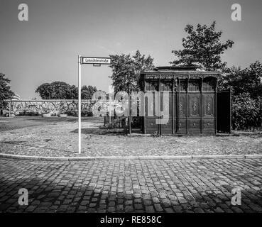 Août 1986, les anciens toilettes publiques 1899 Mur de Berlin, graffitis, Lohmühlenstrasse street sign, Treptow, Berlin Ouest, l'Allemagne, l'Europe, Banque D'Images